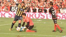Peligro de gol. Herrera arremete contra Aguerre tras el desborde de Lovera. El Chaqueño cometió falta.