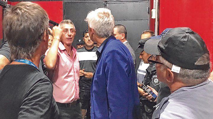 Diálogo de dirigentes. Cristian DAmico da cuentas a Ricardo Carloni sobre la situación en el vestuario y las medidas a tomar.