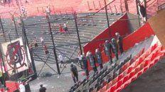 un video muestra como un policia tira gas pimienta a los hinchas