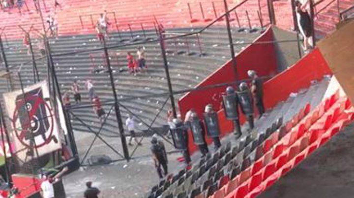 Un video muestra cuando un policía arroja gas pimienta en el Coloso
