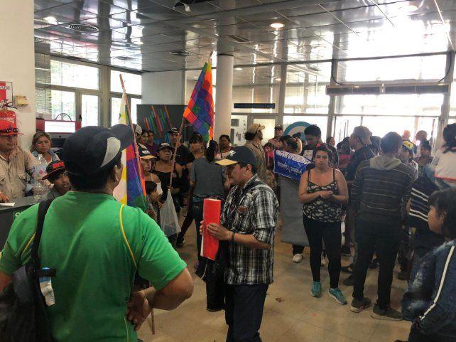 Un grupo de representantes de los pueblos originarios tomaron el Centro de Distrito Oeste