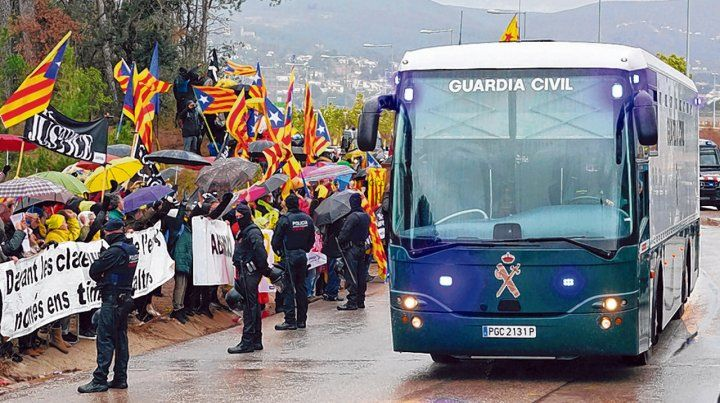 Nueve de los dirigentes son saludados al ser trasladados desde una prisión en Barcelona a Madrid.