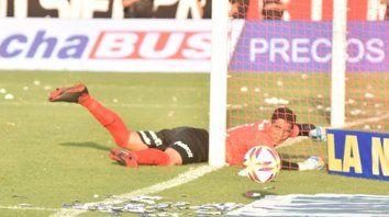 La más difícil. Aguerre observa la pelota desde el suelo, luego de tapar el cabezazo del Chaqueño Herrera.