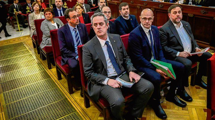 Juzgamiento. Los 12 acusados en el centro de la sala.