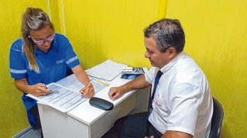 En acción. Una profesional de la Unidad de Control  Psicofísico que funciona en la Terminal, en plena entrevista con un  chofer de larga distancia.