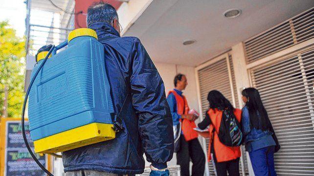 En acción. La Secretaría de Salud realizó un operativo en unas ocho manzanas alrededor de las viviendas donde se detectaron los casos de dengue.