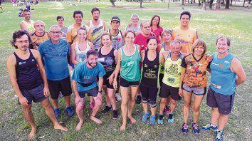 Los Cuchulinos. Parte del grupo concentrado antes de un entrenamiento en el parque Urquiza: Están los que ven, los que no, los en zapatillas y los descalzos.