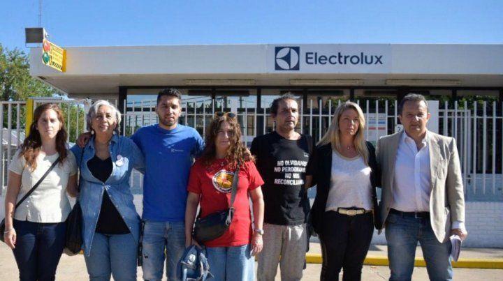Trabajador despedido de Electrolux reclama obra social para su hijo