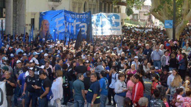 La marcha contra el hambre y los tarifazos arrancó en la plaza 25 de Mayo.