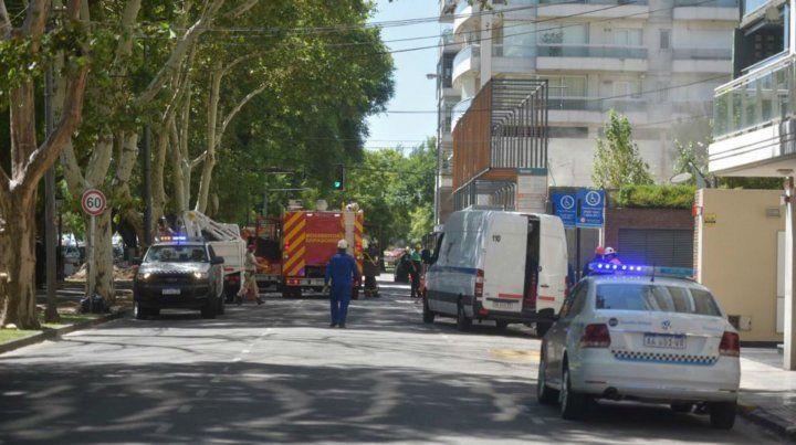 Tránsito cortado en avenida Rivadavia mientras trabajan los operarios y bomberos.