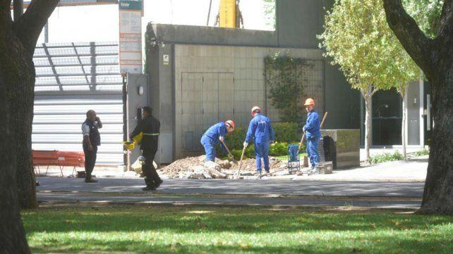 Operarios trabajan en el lugar donde se rompió el caño