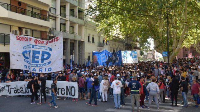 Los manifestantes en la Plaza 25 de Mayo a punto de iniciar la marcha.