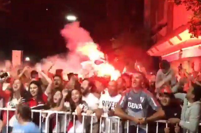 Una multitud le hizo el aguante a River en su llegada a Rosario