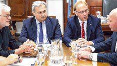 mesa de negociación. Los ministros Farías y Saglione lideran las discusiones por los sueldos.