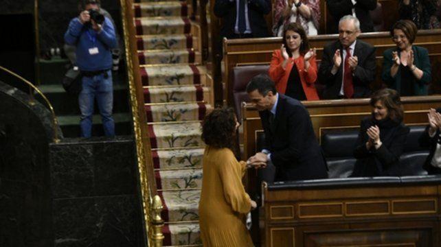 legislatura. Sánchez toma la mano de su ministra de Hacienda