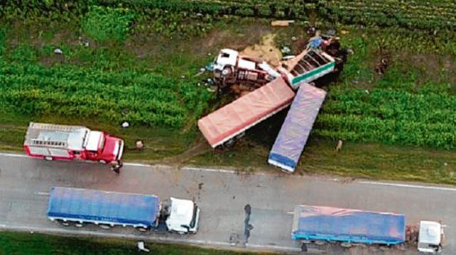 fuerte Impacto. Un camión chocó de frente a otro al esquivar un pozo.