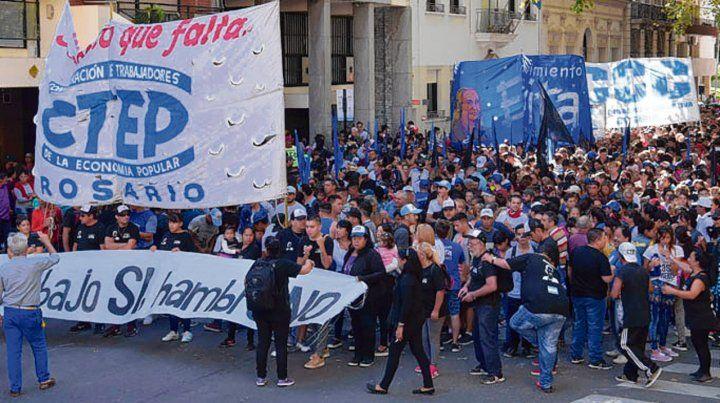en la calle. En Rosario demandan acciones por la emergencia social.