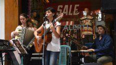 María Eva Sosa, Ayelen Pradoy Martín Albano en la Plaza Pringles.