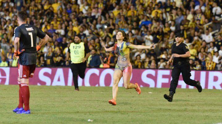 Una chica interrumpió el partido al entrar al campo de juego