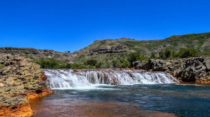 Una de las las siete cascadas del río Agrio que se van formando en el basalto de la montaña. Cada vista es única e imperdible.