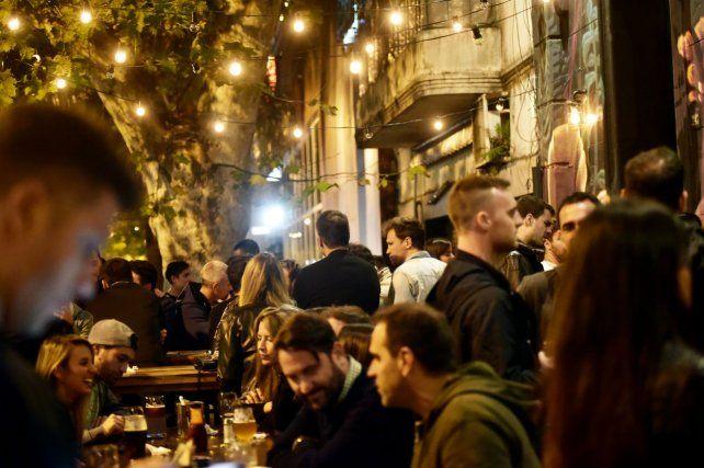 al aire libre. Los bares y cervecerías de Pichincha se llenan de jóvenes que consumen en la vereda