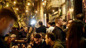 al aire libre. Los bares y cervecerías de Pichincha se llenan de jóvenes que consumen en la vereda, sentados y hasta parados hasta tarde.