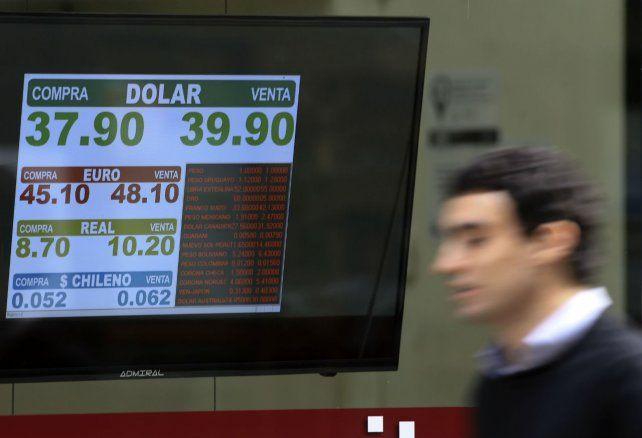 Para arriba. Los valores del dólar fluctuaron hacia arriba.