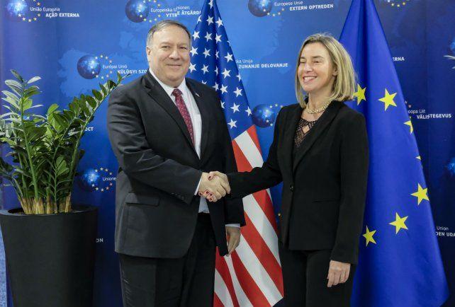Saludo. Mike Pompeo y Federica Mogherini ayer en Bruselas.