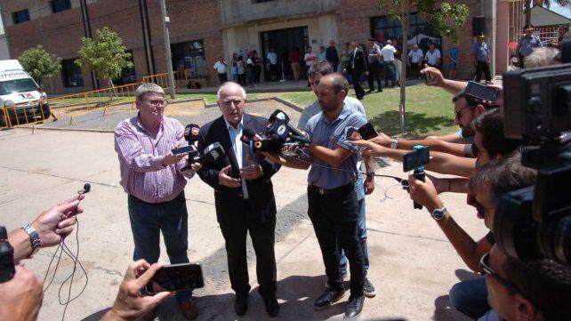El gobernador habla con la prensa. Detrás