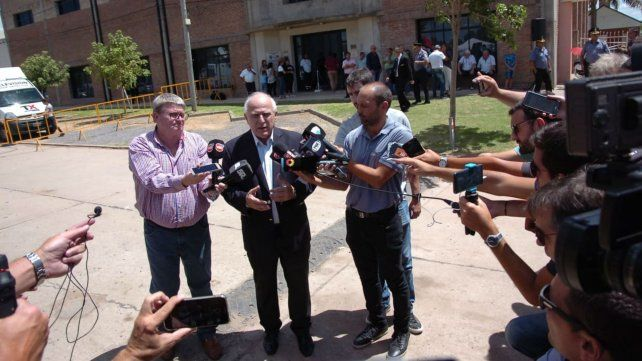El gobernador habla con la prensa. Detrás, el gimnasio del club San Martín donde hizo el velatorio.