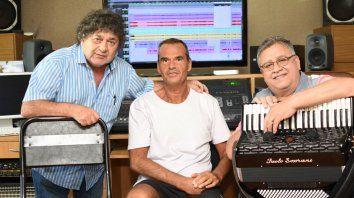 Grabando. El cantante Cacho Deicas, el ingeniero de sonido Adrián Forni y el acordeonista Marcos Caminos posaron para Escenario en la sala de Santa Fe Recording.