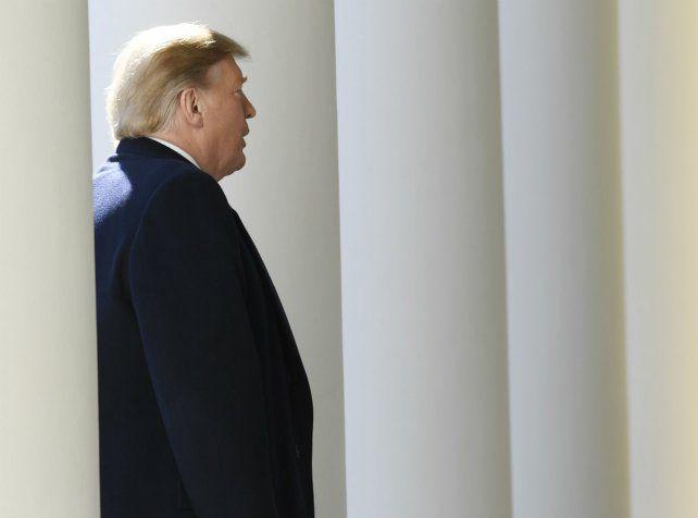Trump se retira del Jardín de las Rosas de la Casa Blanca luego de anunciar su polémica decisión.
