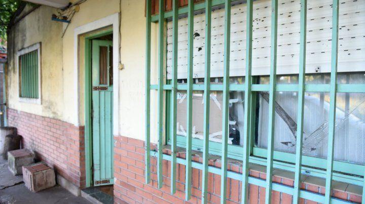 Por entre las rejas de la abertura de la casa del acusado ayer tiraron dos bombas Molotov que sólo causaron daños.