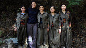 Experiencia inolvidable. La fotógrafa junto a las milicias kurdas en las montañas de Kurdistán.