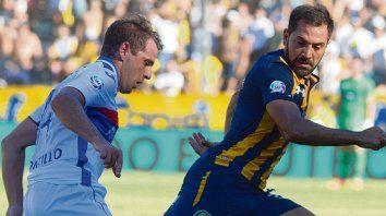 Duelo. Montillo, de gran partido, encara pese a la marca de Rinaudo.