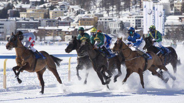 Carreras de caballos sobre la nieve en Saint Moritz, Suiza