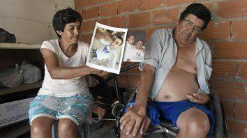 Recuerdo y dolor. Silvia y Lenín con las fotos de Fidel y Francisco, sus hijos asesinados en siete meses.