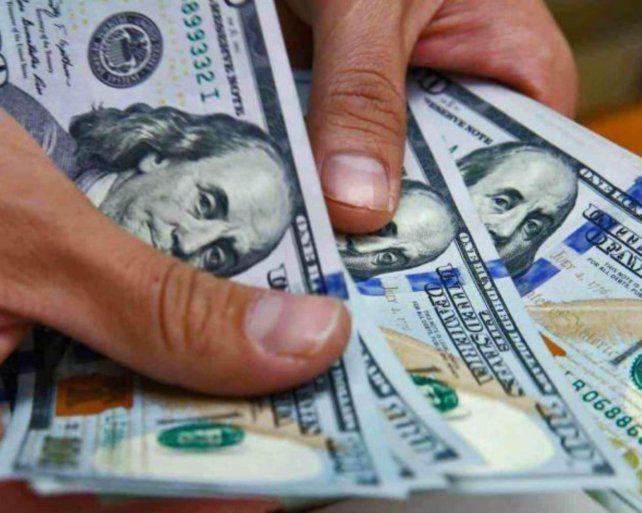 El dólar no tiene freno: superó la barrera de los 43 pesos y cerró a 42.80