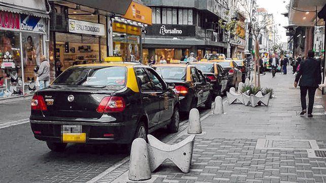 Larga espera. En la emblemática parada de Sarmiento y Córdoba hoy se amontonan los taxis sin pasajeros.