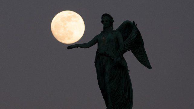 Esta madrugada se verá en Rosario la Luna más grande y luminosa del año
