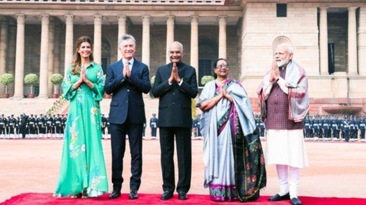 Sonrisas para la foto. El jefe del Estado y su esposa