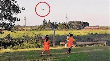 Peligro. Chicos de 5 y 6 años juegan a la pelota, mientras un avión fumiga.