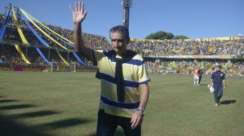 Antes de la última caída. Bauza saluda respondiéndoles a los hinchas, frente a Tigre.