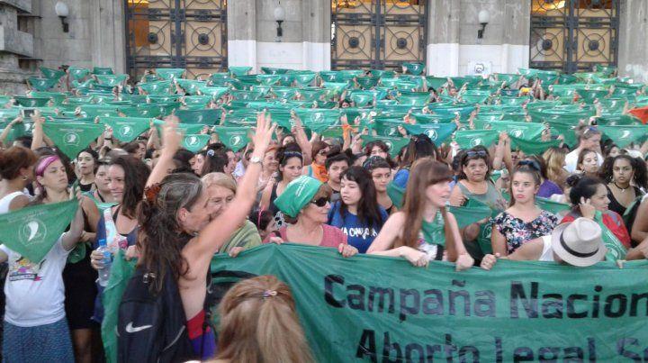 El pañuelazo por la legalización del aborto tiñó de verde la plaza San Martín
