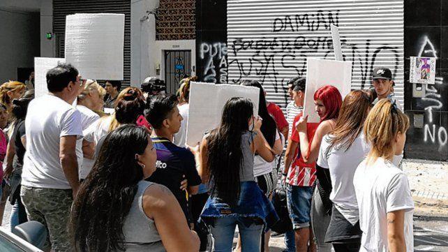 Escraches. Amigos realizaron varios frente al centro de Mendoza al 2000.