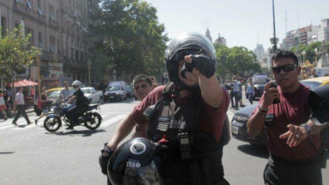 Escrachados. El fotoperiodista alcanzó a fotografiar a sus agresores.