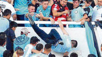 Lo tiraron. El 15 de abril de 2017 Emanuel Balbo caía de la platea del estadio Mario Kempes tras haber sido bajado a golpes por hinchas de Belgrano, el club de su corazón.