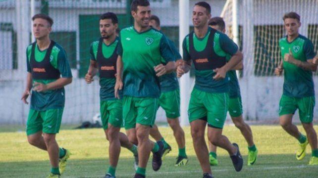 Líderes. Los jugadores de Sarmiento de Junín sonríen por ser punteros en la B Nacional.