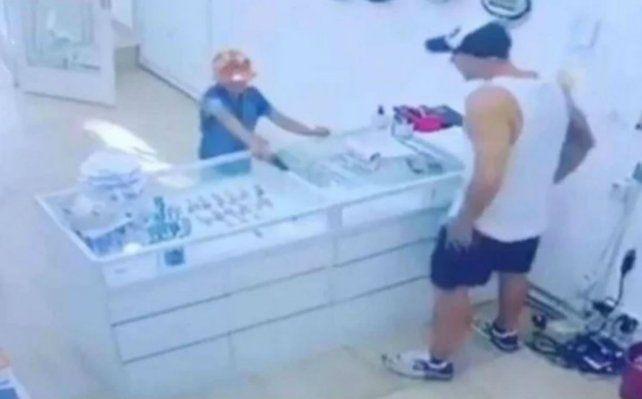 La cámara de seguridad del lugar capturó el momento en el que el niño intenta asaltar el local.