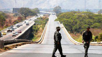 Frontera. Guardias vigilan uno de los caminos cerrados.